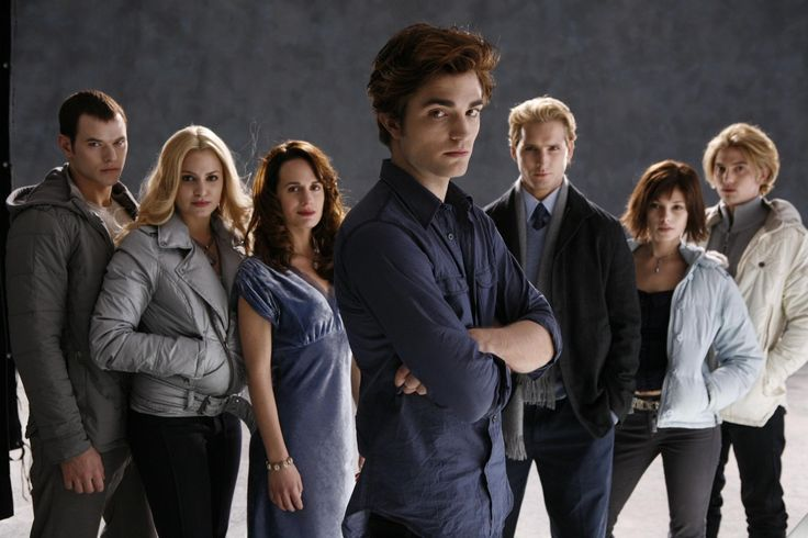 Still of Peter Facinelli, Elizabeth Reaser, Nikki Reed, Robert Pattinson, Kellan Lutz, Jackson Rathbone and Ashley Greene in Twilight (2008) http://www.movpins.com/dHQxMDk5MjEy/twilight-(2008)/still-287151616