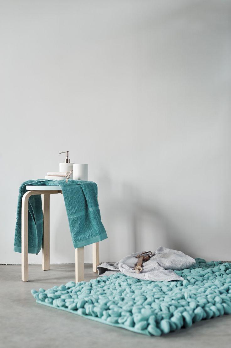 Laufen wie auf Wattebäuschen? Der Badteppich Bodhi hat es uns sofort angetan. Selten findet man ein solch unkonventionelles Design in einmaliger Optik. Einmal mehr zeigt Aquanova, dass ein Badteppich mehr sein kann als nur ein Bodenbelag. Dieser Badteppich avanciert zum trendigen Designgegenstand mit phänomenaler Wirkung.