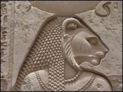 Sekhmet  (la puissante) -  déesse à tête de lion portant le soleil. Elle est l'instrument de la vengeance.Elle apporte les maladies par ses miasmes.  Epouse de Ptah. La déesse chatte Bastet s'identifie parfois à Sekhmet