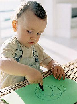 Baby malt mit Stift und Papier