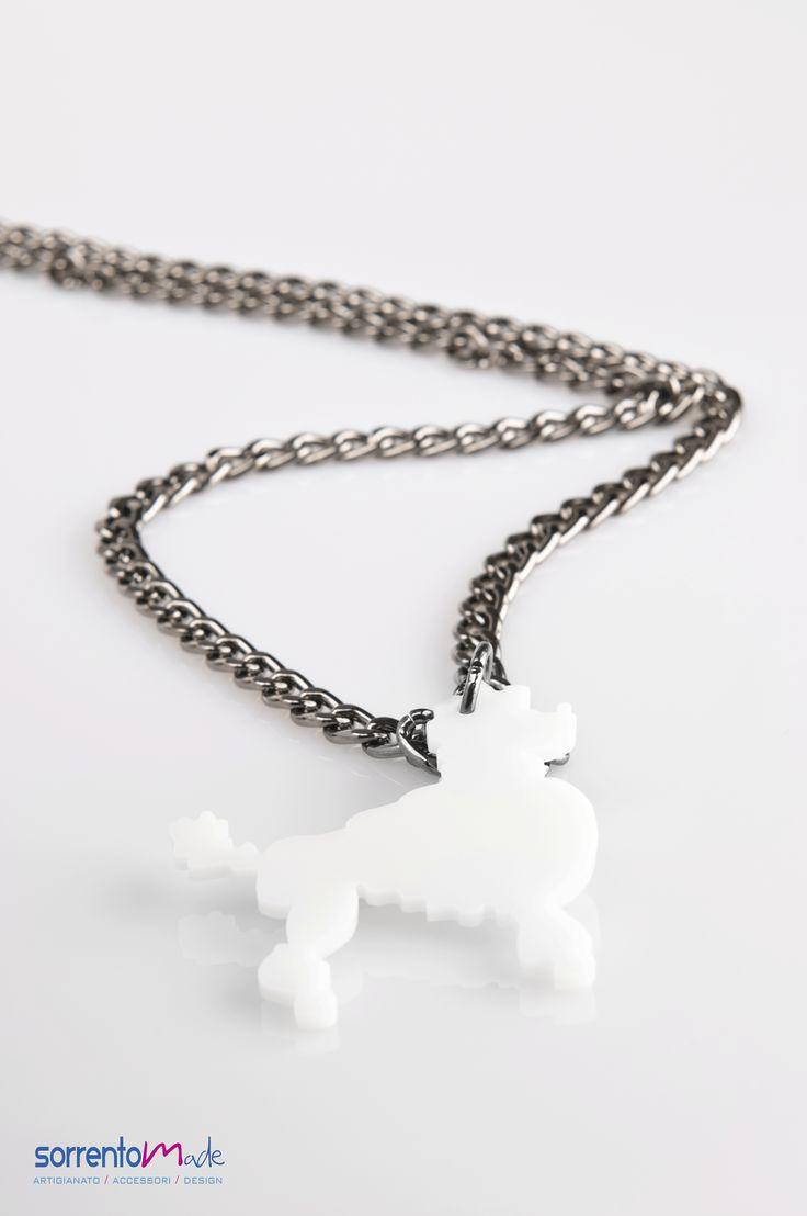 Un simpatico animalier per questa collana della designer Consuelo D'Antonio che associando al plexiglass, materiale moderno ed industriale, elementi preziosi crea gioielli glam ed eleganti.