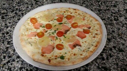 Pizza crème de citron, saumon et tomate cerises.
