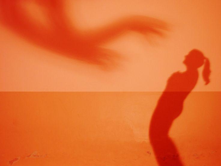 Lavoro di improvvisazione tra un'attrice e l'ombra creata da un collega