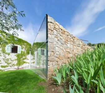 Clean lines – The extension is essentially just glass and stone, with the walls sinking into the earth