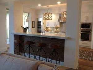 Diese weiße und graue Küche ist wunderschön mit einem Bienenstock inspirierte Leuchte geschmückt.