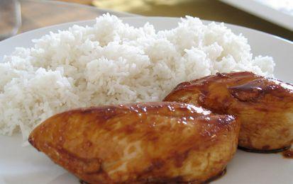 Pollo teriyaki - La ricetta del pollo teriyaki è un secondo piatto della cucina giapponese facile da preparare al contrario di molte altre ricette come il sushi. L'importante è la preparazione di una buona salsa a base di sake, salsa di soia, mirin e zenzero grattugiato.