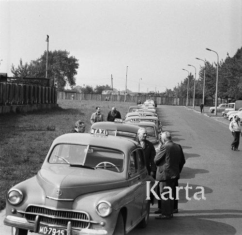 1968, Warszawa, Polski. Postój taksówek na ulicy Terespolskiej. Fot. Jarosław Tarań, zbiory Ośrodka KARTA, kolekcja Jarosława Tarania, udostępniła Danuta Kszczot-Tarań.