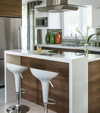 Îlot de cuisine moderne. http://www.m-habitat.fr/par-pieces/cuisine/quelles-couleurs-pour-ma-cuisine-2603_A