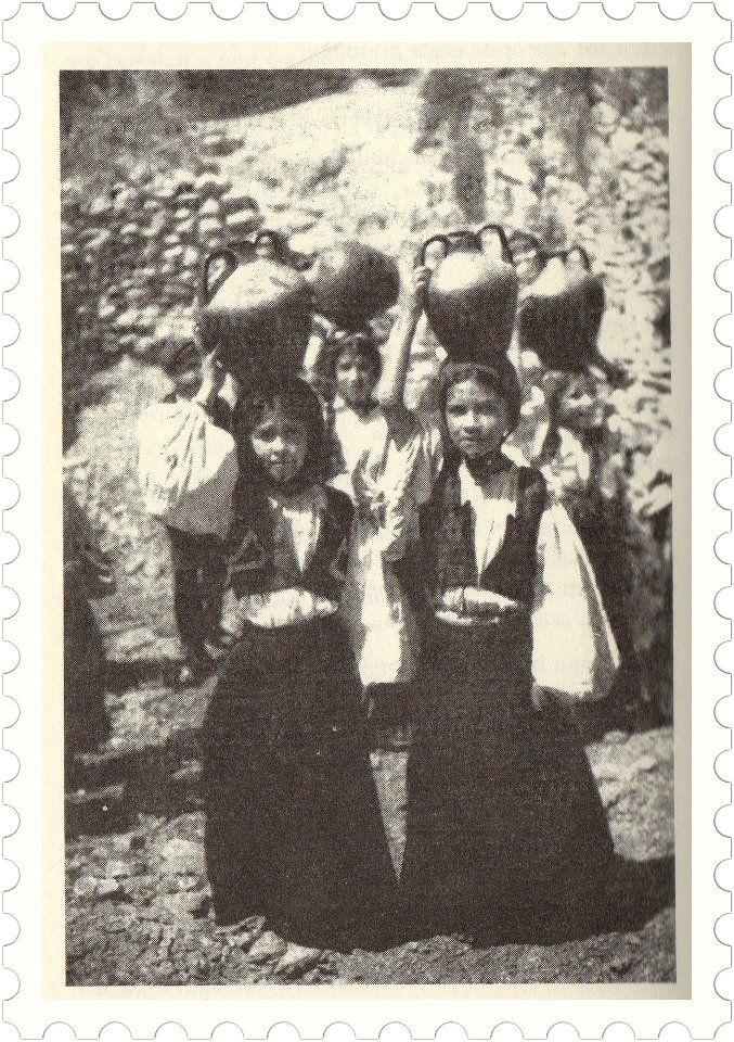 Sardegna - Giovani donne alla fonte