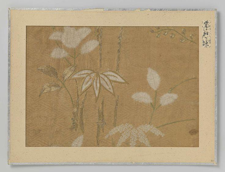 Anonymous | Textielfragment, Anonymous, 1801 - 1804 | Textielfragment, druk en borduursel van bloemen en bladeren op okerkleurig fond.