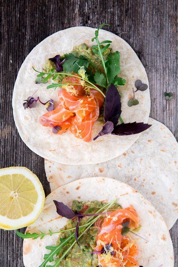 Die Wraps vom Grill sind eine ideale kleine Vorspeise für einen netten, sommerlichen Grillabend. Der Lachs und die Avocadocrème können gut vorbereitet werden und sind schnell serviert.  Zugegeben: Es