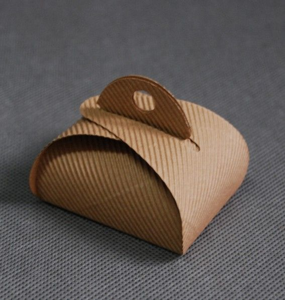 Pudełko tekturowe w rozmiarze 4,5x6x3 cm. Doskonale nadaje się na słodkości reklamowe :) Te i inne pudełka tekturowe znajdziecie na www.induplo.pl