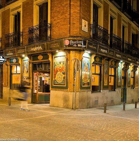 """""""La Maripepa"""", un bar con una bonita fachada en la esquina de las calles de Moratín y Jesús, Barrio de las Letras, Madrid"""