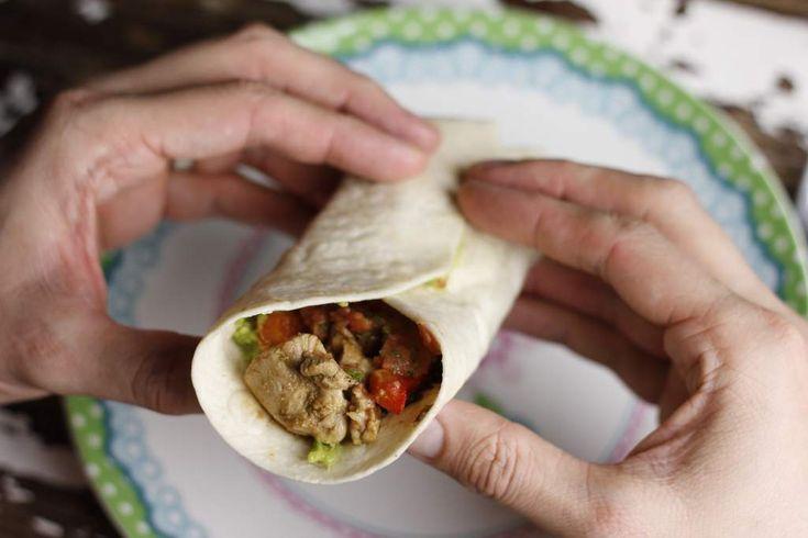 De heerlijkste kip fajitas maak je zelf. Zonder pakje, potje of zakje. Gewoon kip, verse groenten en wat kruiden.