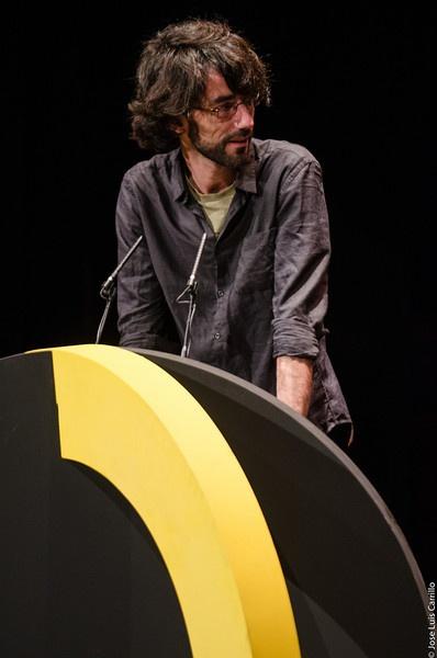 Eloy Enciso, miembro del Jurado, entrega el premio al Mejor Largometraje Documental (Teatro Romea de Murcia, 09/03/2013) (Teatro Romea de Murcia, 09/03/2013)