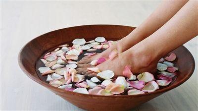 Bolinhas de gude, pedras, sal grosso e leite são alguns dos aliados para cuidar dos pés nesse período do ano.
