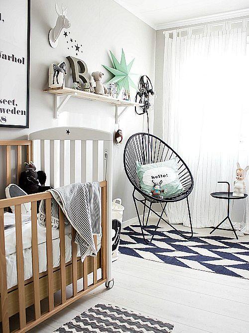 Een paar zwarte meubeltjes of items samen met grafische en geometrische prints zorgen er al heel snel voor dat het kamertje een Scandinavische look krijgt.