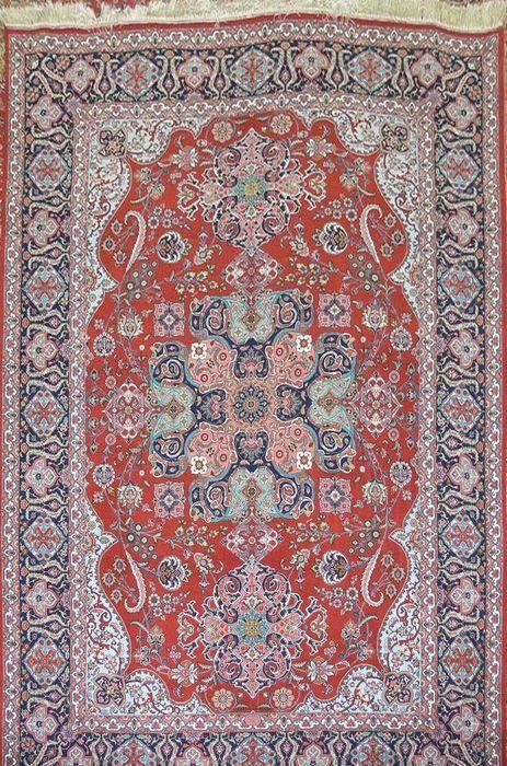 PERZISCH TABRIZ FARABI CA 850.000 KNOPEN  Zeldzame Tabriz tapijt 30 jaar oud.Kork wol zijde motieven op een inslag van wol.Plantaardige kleurstoffen.Ongeveer 850.000 knopen/mOndertekend door beroemde weaver Farabi (zie foto).Uniek stuk (er is niet een andere zoals deze).Uit een privé collectie.Certificaat van echtheid opgenomen.Verzonden via DHL of GLS.131  EUR 6000.00  Meer informatie