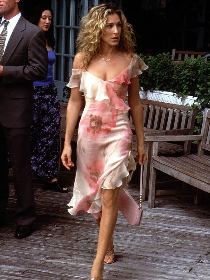 6 Summer Trends Carrie Bradshaw Would Never Wear Carrie Bradshaw Outfits Carrie Bradshaw Style City Outfits