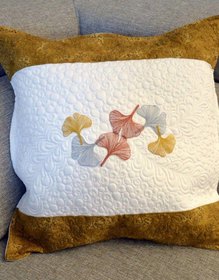 Souprava čas růží je handmade výrobkem EVAPE. Sada obsahuje 1 x polštářek a 1 x ubrus. Udělejte radost svým blízkým.