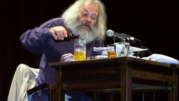 Seine Schlagfertigkeit stellte Harry Rowohlt  auf Lesungen gerne zur Schau. Hier im Hamburger St. Pauli-Theater am 16.04.2003.