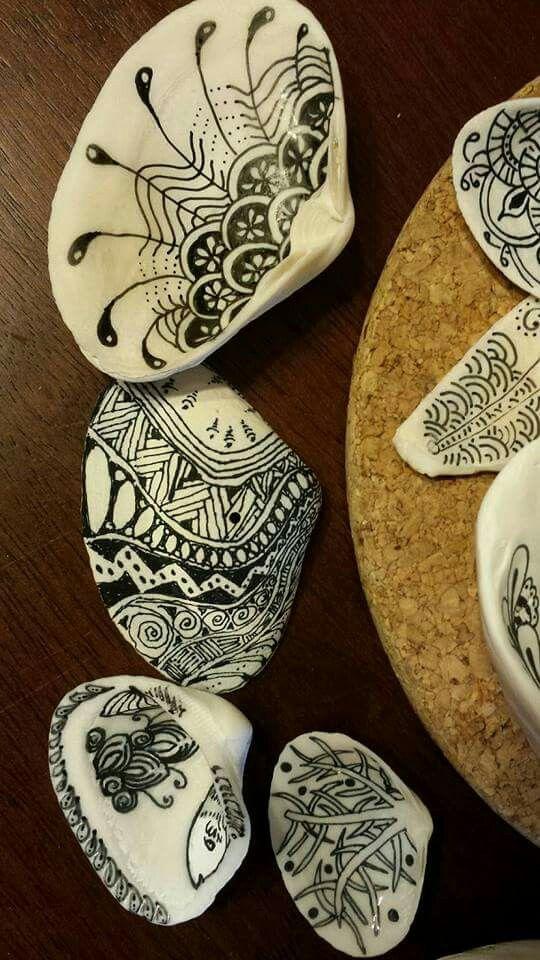 Trasformiamo le conchiglie con una semplice pennarello indelebile... un idea davvero insolita e originale! Fonte: http://suejacobs.blogspot.it/2015/08/tangling-on-seashells.html