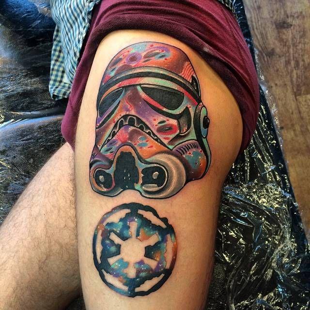 Tatuaje de estilo psicodélico de un Stormtrooper situado en el muslo izquierdo.