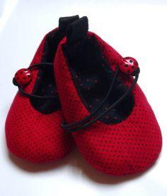 Lindo sapatinho de bolinhas. Um charme para os pés de sua bebê. Acolchoado e feito com tecisados 100% algodão. Tamanhos referentes ao solado. Tamanho P: 9 cm ( 0 até 3 meses) Tamanho M: 10 cm (3 até 6 meses) Tamanho G: 12 cm (6 até 9 meses) São especialmente para bebês que ainda não andam. R$ 40,00