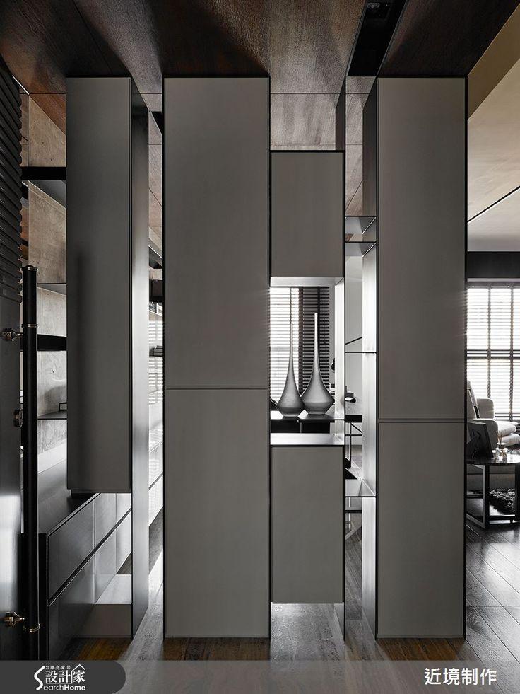 位於高雄左營區的 30 坪 3 房 2 廳新成屋,設計師以現代風作為主軸,以不同元素的建材混搭演繹出低調俐落的生活底蘊,並運用具層次感色系的家具,形塑出低調的都會精品居宅。  一進門的玄關處,看見的是由不同大小的白色櫃體,組合成為具有藝術感與遮蔽隱私性的屏風,隨著日光投射變化,呈現不同的立面效果。生活的重心由客廳延展開來,以淺色大理石為主材質的電視牆,讓細膩的石材紋理與木材質隱形拉門做連結,讓視覺重疊交融;一旁不規則圓形的餐桌椅以綠色線條流露出一種點綴之美。  沙發後方為開放的閱讀工作場域,與電視牆呼應的大理石牆面崁入了厚度不一的書架層板,加上情境光源的投射,增添不少生活的層次感。打開隱藏式木拉門,是一處靜謐的書房兼客房,灰、黑、白色相互對比出如曼哈頓都會般的人文時尚之感。臥室則以深淺不一的灰色作為空間的主要色系,並搭配竹百葉窗形塑出自然而舒適的氣息。  小編的最愛  位於玄關的造型櫃體透過光線的照射,不論是早晨出門前還是假日黃昏,都能夠感受光影變化的線條與影部,成為最豐富與動感的視覺語彙。