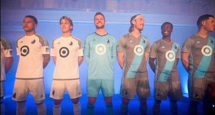 Nouveaux maillot Minnesota United FC 2017 2018 Le nouveau Maillots de foot Minnesota United domicile pas cher 2017 2018 est gris clair avec un faux polo-col et bleu clair Adidas rayures sur les côtés.