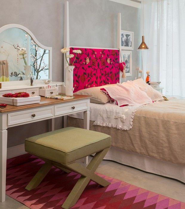 Tornar o quarto o universo de uma adolescente. Esse foi o desafio da arquiteta Celia Colodete. Para isso, ela criou um ambiente com base neutra, mas que ganha ares de romantismo com a escolha da cama e da penteadeira. O rosa vibrante e o tapete geométrico deixam o quarto moderno.
