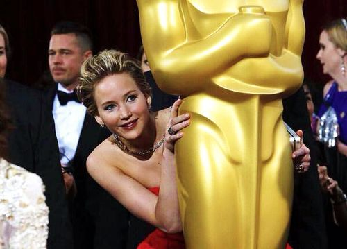 When she hid behind a statue like this. | Jennifer Lawrence's 19 Best Moments At The Oscars