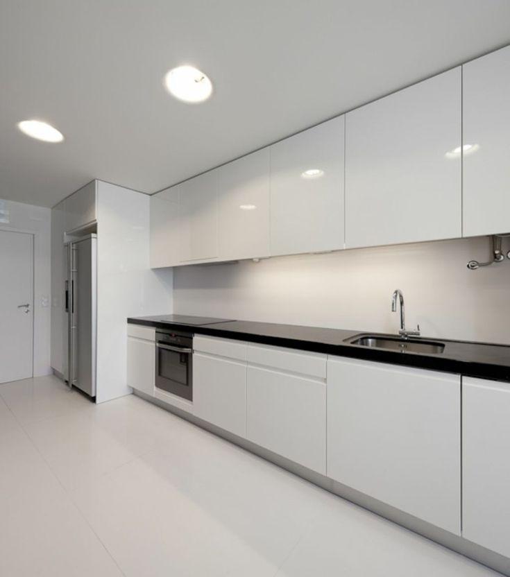 cocina moderna blanca con encimera negra