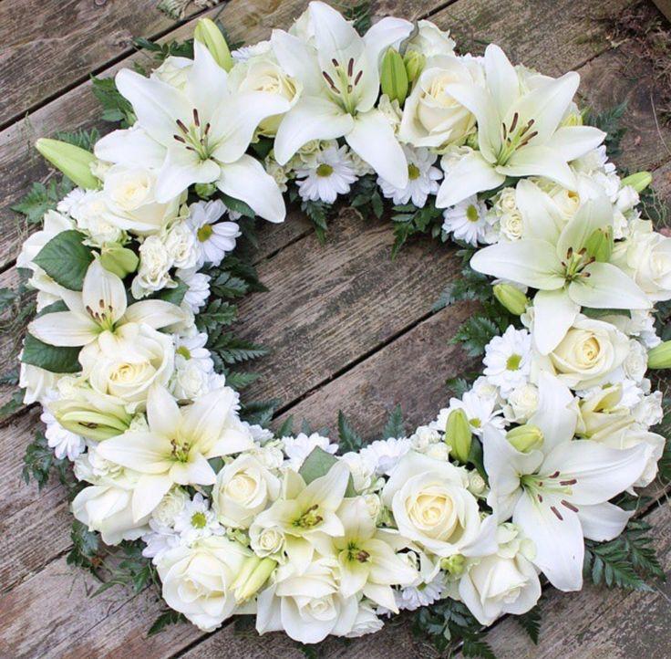 Hvit krans med liljer