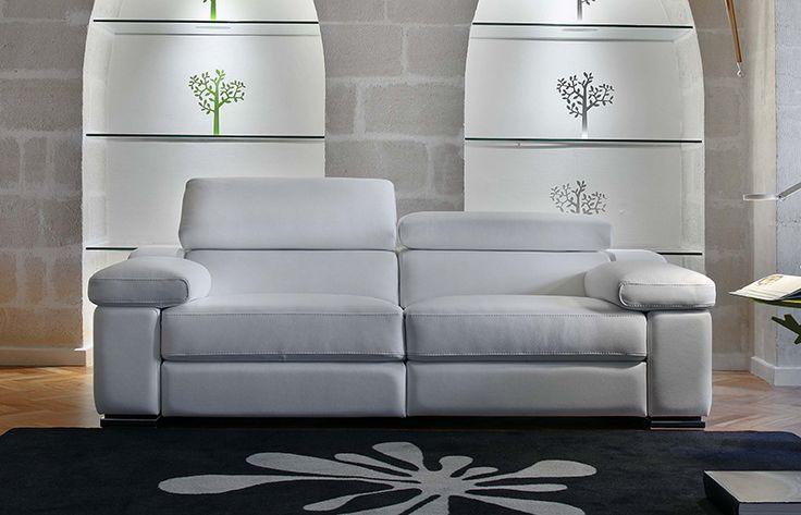 """PTAH - Canapé en cuir blanc avec têtières réglables. Possibilité de relax manuels ou électriques, autres compositions réalisables. Existe en tissu. """"Ptah"""" est moderne, mais sait s'intégrer parfaitement dans chaque intérieur   Meubles Lambermont"""