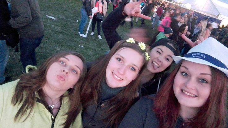 Kočičky  #prazskymajales #majales #majales2016 #2016 #studentskyfestival #vysokoškoláci #vysokoškolskýživot #kamaradky #kočičky #friends #czechgirls #prague #instaphoto #photoofday #vscocze #vsco #vscocam by zdenka_hubinkova