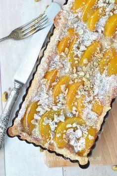 Dit supersnelle perzik taartje heb je binnen een kwartier je oven in. En lekker dat hij is! Het recept vind je bij de bron. Perzik taartje - Carola Bakt Zoethoudertjes