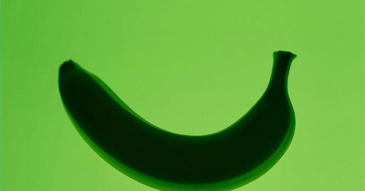 Como tratar verrugas com casca de banana. As verrugas são teimosas, constrangedoras e, às vezes, até mesmo dolorosas. Há muitos tratamentos comerciais disponíveis para tratá-las, desde kits caseiros de crioterapia até o ácido salicílico. Esses tratamentos são caros, e alguns fazem a verruga ficar ainda mais feia e mais conspícua. Esqueça os remédios tradicionais caros e utilize o remédio ...