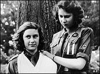 Prinzessin Elisabeth und ihre Schwester Prinzessin Margaret als Pfadfinderinnen ----  Princess Elizabeth and her sister Princess Margaret as Girl Guides