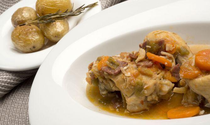 Karlos Arguiñano elabora un guiso de pollo con jamón, pimiento verde, zanahoria y tomate. Para acompañar, patatas al romero asadas en el horno.