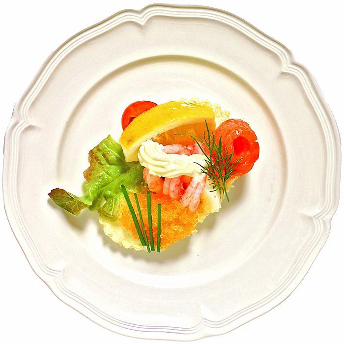 Den här eleganta förrätten har allt det goda från havet, lax räkor och rom. Bjud den som inledning till middagen.