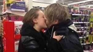 A Kiss-In In Response To Reprimands Against A Lesbian Kiss In Brighton - http://www.lezbelib.com/europe-news/a-kiss-in-in-response-to-reprimands-against-a-lesbian-kiss-in-brighton #kissin #Brighton #UK #lesbian