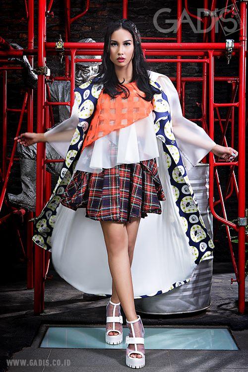 Give a statement to your outfit with a transparent twist! Sentuhan see-thru pada look-mu bikin penampilan makin stunning.