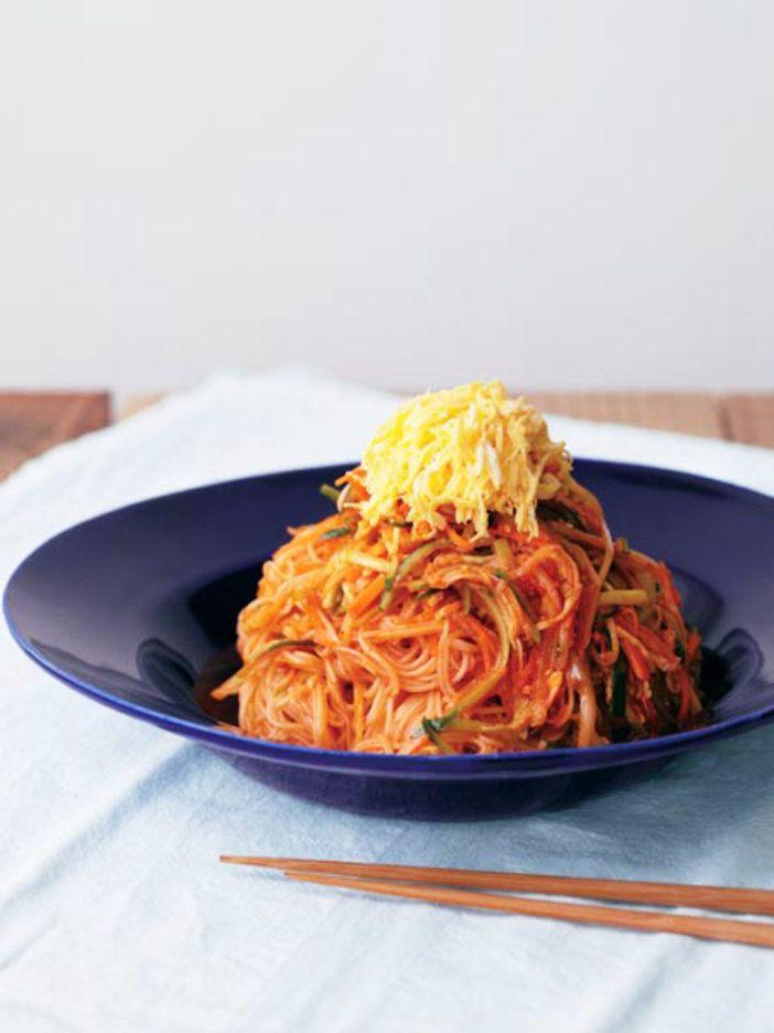 千切り野菜と和えて、ヘルシーなコリアン麺。 『ELLE a table』はおしゃれで簡単なレシピが満載!