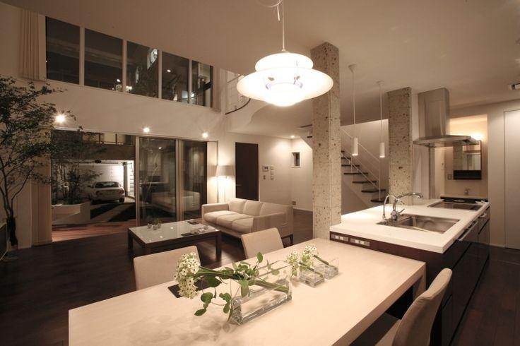 茶色の壁で引き締めたシンプルモダンの家 室内夕景|重量木骨の家 選ばれた工務店と建てる木造注文住宅