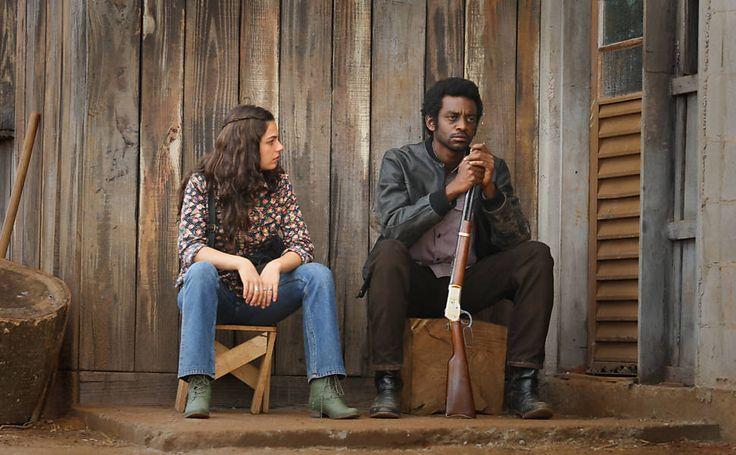 Maria Lúcia (Isis Valverde) com um estilo Boho e ao mesmo tempo Western no longa ''Faroeste Caboclo''