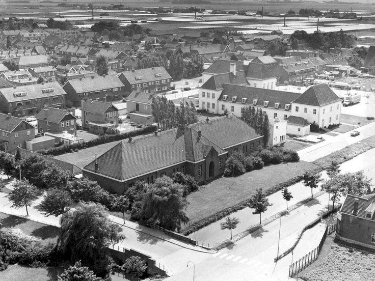 R.K. Meisjesschool (Mariaschool) gezien vanaf de kerk. Erachter het Emmapark. Rechts het gemeentehuis.