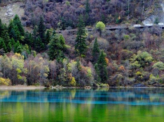 VALLE DEL JIUZHAIGOU, CINA – Cascate, fiumi e laghi, circondati in gran parte da foreste vergini: la Valle del Jiuzhaigu, nella provincia del Sichuan, è un paradiso per gli occhi. In autunno, poi, è spettacolare: gli alberi passano dal verde al giallo fino al rosso eanche l'acqua diventa cangiante insieme alla natura