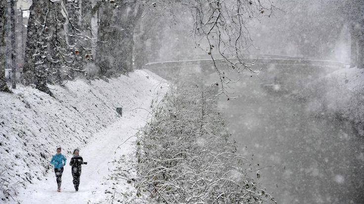 Les chutes de neige ont paralysé une partie du pays mais offrent également des paysages à couper le souffle. Début février 2015 http://www.francetvinfo.fr/meteo/neige/video-des-stations-de-ski-paralysees-par-la-neige_815379.html