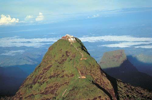 Adam's Peak! Een prachtige klim die wordt beloond met een onvergetelijk uitzicht! Tijdens de rondreis Sri Lanka Adventure maakt u het mee! Rondreis - Vakantie - Sri Lanka - Adam's Peak - Sunrise Trekking